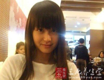 广西就有一位13岁的小女孩,因为嫉妒同班同学比她漂亮就把那个同学