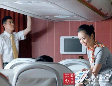 >>>坐飞机注意事项有哪些      登机后要认真听取乘务员的讲解,阅读