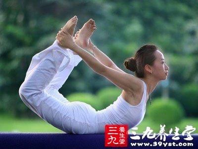 孕妇瑜伽 帮助产后恢复       牛面式   做法:      1,背部图片