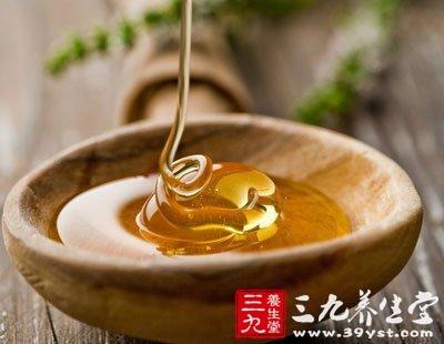 蜂蜜主要通过润肺来达到止咳作用