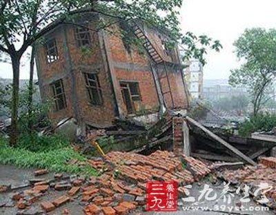 地震中砖混结构预制板断裂图