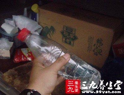 喝水的学问长期放在后备箱的瓶装水不能喝
