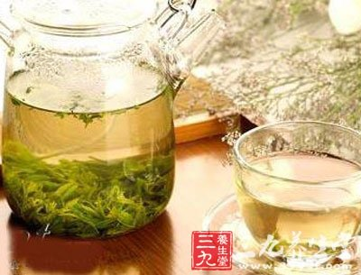 建议服用蜂蜜水的同时,也可在空腹的时候饮用一杯淡盐水