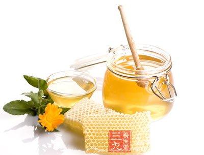 蜂蜜可以预防和延缓血管硬化。每3个月至少应该有15天食用蜂蜜