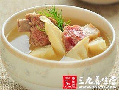 土豆切滚刀块和焯好水的新鲜莲子分别放在冷水里浸泡