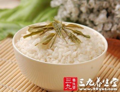 大米含有大量淀粉,用开水煮饭时