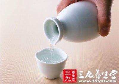 大量或经常饮酒,会使肝脏发生酒精中毒而致发炎、肿大