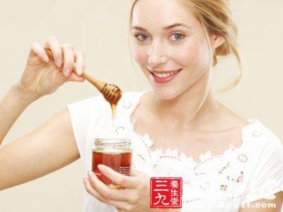 蜂蜜的食用时间大有讲究建议在饭后1.5-2小时后喝为宜