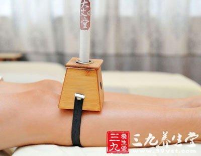 艾灸盒放置在需要艾灸的部位