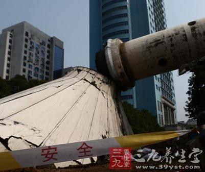 水塔的设计倒塌方向,地上堆放了厚厚的黄泥和稻草