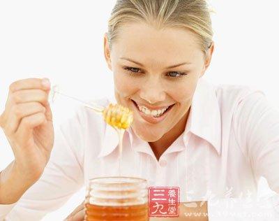 晚上喝蜂蜜水好吗 小心伤胃还变胖