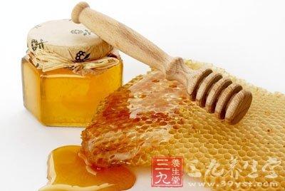 天然的蜂蜜可以作为润肤剂经常外擦