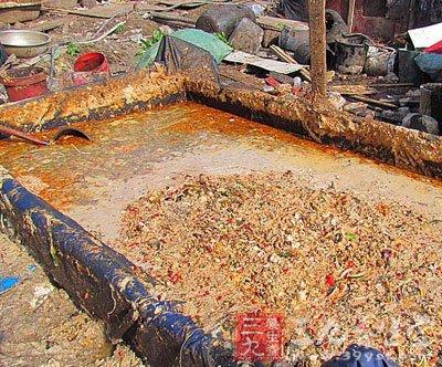 """据当事人交待,一个废旧汽油桶可以装360斤""""地沟油"""",一天"""