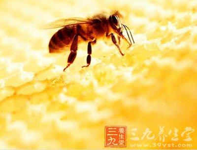 新鲜蜂蜜涂抹于皮肤上能起到滋润和营养作用