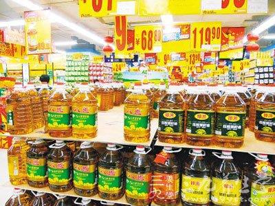 21-25日,笔者走访市内几处大型超市发现,食用油销售区琳琅满目图片