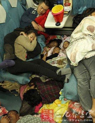 实拍春运列车车厢睡姿 在火车上怎么睡
