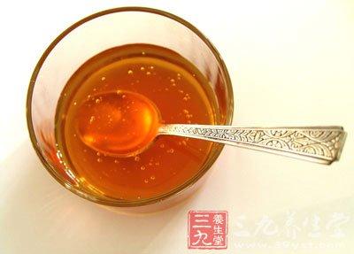 清晨空腹第一杯就饮用蜂蜜水,这种做法是不适宜的。蜂蜜水中含有相应的糖分