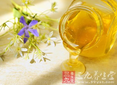 甘油蜂蜜面膜:取一份蜂蜜,半份甘油,三份水,加适量面粉调和后
