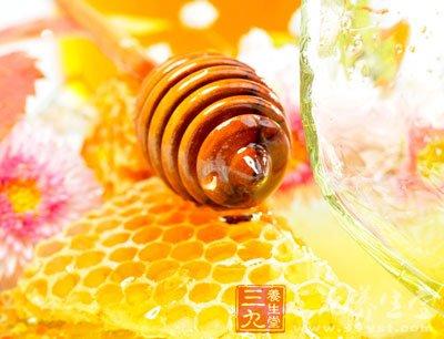 睡觉前喝一勺蜂蜜即可