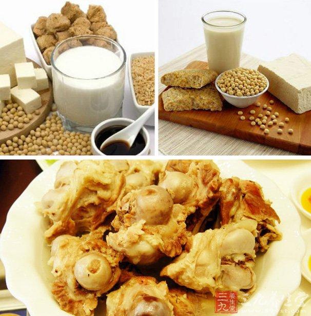 1、牛奶   半斤牛奶,含钙300毫克,还含有多种氨基酸、乳酸、矿物质及维生素,促进钙的消化和吸收。而且牛奶中的钙质人体更易吸取,因此,牛奶应该作为日常补钙的主要食品。其他奶类制品如酸奶、奶酪、奶片,都是良好的钙来源。   健康提示:夏季牛奶饮用也要需有选择   2、海带和虾皮   海带和虾皮是高钙海产品,每天吃上25克,就可以补钙300毫克呢。并且它们还能够降低血脂,预防动脉硬化。   海带与肉类同煮或是煮熟后凉拌,都是不错的美食。虾皮中含钙量更高,25克虾皮就含有500毫克的钙,所以,用虾皮做汤或