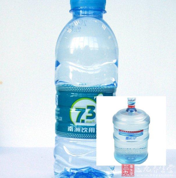 """纯净水的危害   2000年发生一个轰动整个上海的水官司。故事的发生是这样的:1997年,一对高学历的夫妇生下一男婴,为了给自己的孩子营造一个健康的成长环境,所以从生下他们儿子那天开始就买来大桶的纯净水用来烹调、饮用。三年后,他们的儿子得了软骨病,而且智商不发育,三岁了还不会叫爸爸妈妈,只会哇哇哇叫,多方寻医未果。这对高学历的夫妇通过结识中国科学院水生理学家金日光教授,给他们破解了谜底:一切都是纯净水惹的祸。   纯净水也叫""""穷水"""",因为纯净水不但不含有任何微量元素,而且它把水"""