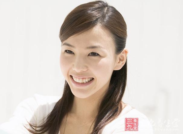 女人欢快明朗的笑容,能使一张并不美丽的脸显得生气勃勃,即使外表及其