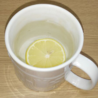 柠檬片泡水的功效 如何用柠檬片泡水喝不苦