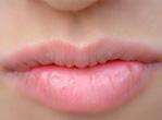 预防唇炎 舔下女人这块嫩肉没想到竟肿了