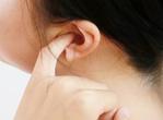 女性打耳环小心外耳道炎
