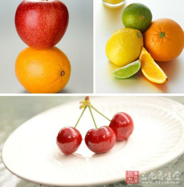 功效   一日二次温服,可以润泽皮肤、祛斑、减肥。现代科学研究证明,黄瓜含有丰富的钾盐和一定数量的胡萝卜素、维生素C、维生素B1、维生素B2、糖类、蛋白质以及芥、磷、铁等营养成分。经常食用黄瓜粥,能消除雀斑、增白皮肤。   2、什锦水果羹   材料   梨一个,苹果一个,香蕉一个,菠萝一块,猕猴桃一个,草莓四个,水淀粉20克,白糖15克,蜂蜜10克,冷水适量。   制作方法   1、将梨、苹果、香蕉、菠萝、猕猴桃、草莓洗净,切丁待用。   2、锅内加入水适量,放入所有的水果丁,用大火烧开后转小火熬制。