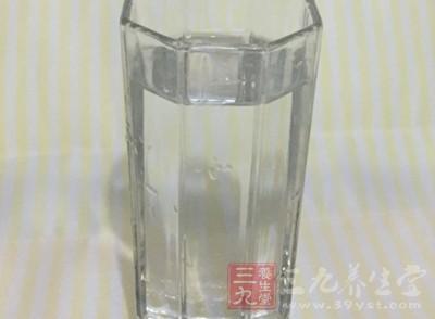 在感冒刚发作时就要多喝白开水