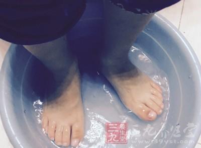 睡前用温热水泡脚