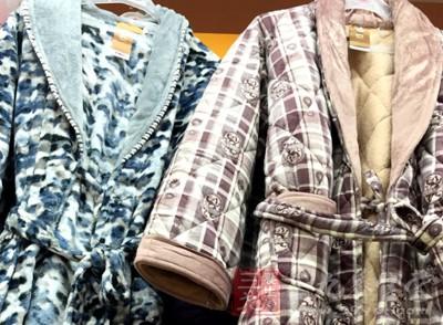 在选择睡衣的时候一定要选择宽大舒适的