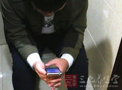 偷啪上厕所_男人如厕 男人上厕所发生这事画面不敢直视(2)