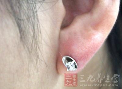 到底是什么引起耳聋耳鸣