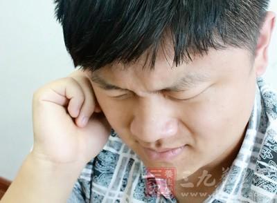 睡得正香的小张突然觉得耳朵里一阵尖锐的刺痛