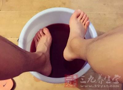 泡脚有什么好处 泡脚加这物轻松养肾防衰老
