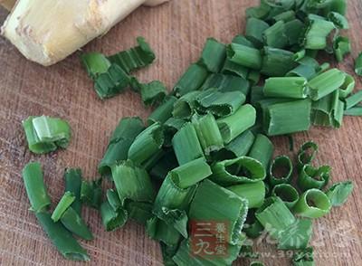 把姜切成片,葱切成段