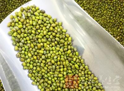 绿豆芽含有蛋白质、胡萝卜素、钙、磷、铁等多种矿物质