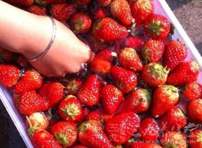 草莓富含维生素C、B、钙、磷及其钾,今日仍在植物性药品中占有一席之地