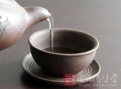 女性月经期处于失血状态,抵抗力降低,此时若喝寒性的凉茶,极易导致气血受寒而凝滞、经血排出不畅