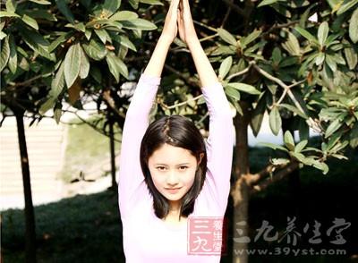 直立,两脚与肩同宽。吸气时双臂慢慢高举过头部伸直