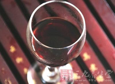 喝一口,并吸入一些空气,能更好地辨别葡萄酒的香味