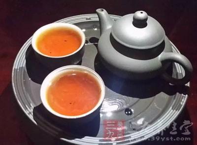 茶叶中含有茶碱,有升高体温的作用