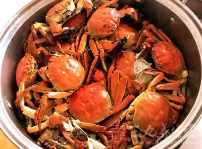 在爆炒的过程中,香辣之味能透过蟹壳渗入蟹肉中