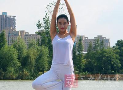左脚站立,弯曲右腿膝盖,将右脚脚掌贴近左腿大腿内侧