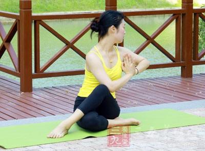 右脚下、两腿交叉,并且将自己的左脚踩在右大腿外侧