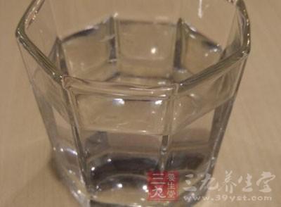 一半水和一半醋精掺和