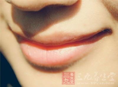 健康的唇色应该是颜色红润,均匀