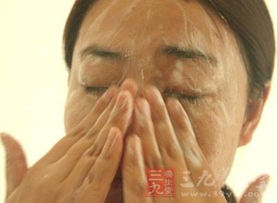 然后把做好的洗面奶以顺时针打圈的方式在脸上按摩洗脸